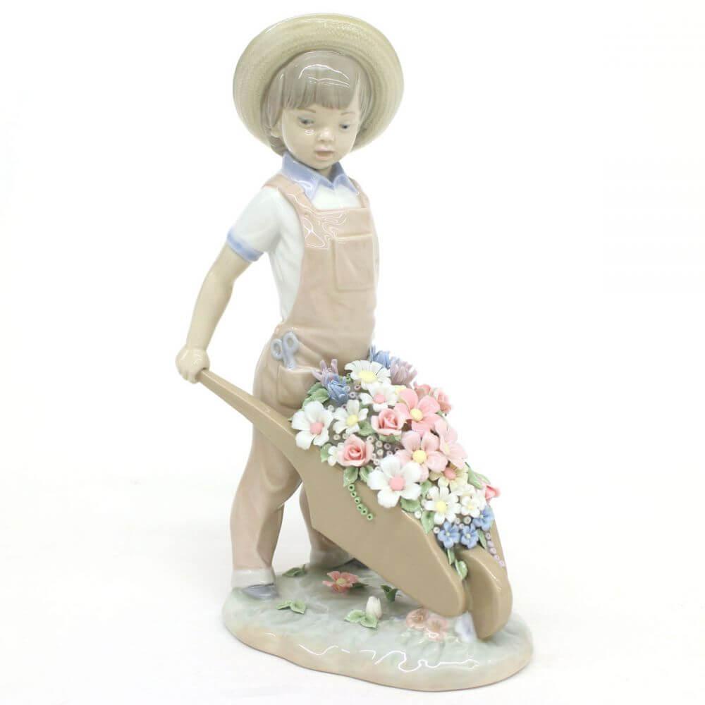 フィギュリン/花車を押す少年
